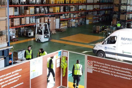 Amplias instalaciones de almacenaje y flota de vehículos.